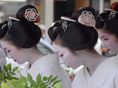 Maiko bowing